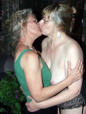 Kissing Besties
